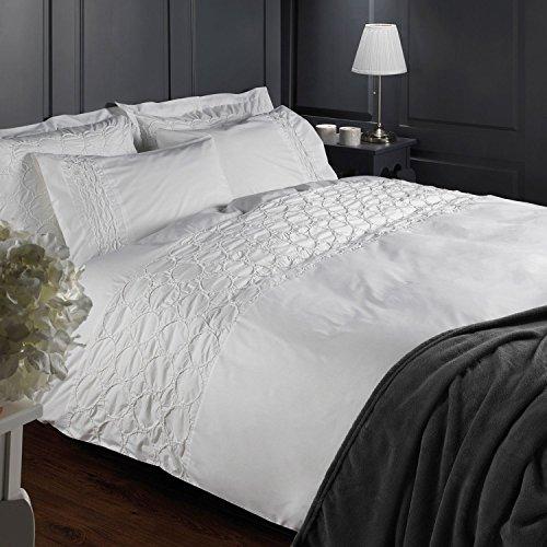 HOMESCAPES Parure de lit 2 Personnes Blanc en 100% Coton détail ruché avec Housse de Couette 260 x 220 cm et 2 taies d'Oreiller 50 x 75 cm