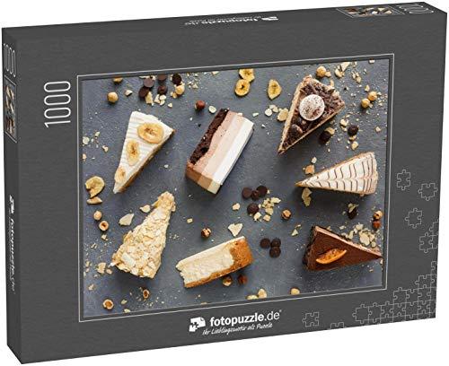 Puzzle 1000 Teile Sortiment von Kuchenstücken auf unordentlichem Tisch, Kopierraum - Klassische Puzzle, edle Motiv-Schachtel, Fotopuzzle-Kollektion 'Essen' (1000, 200 oder 2000 Teile)