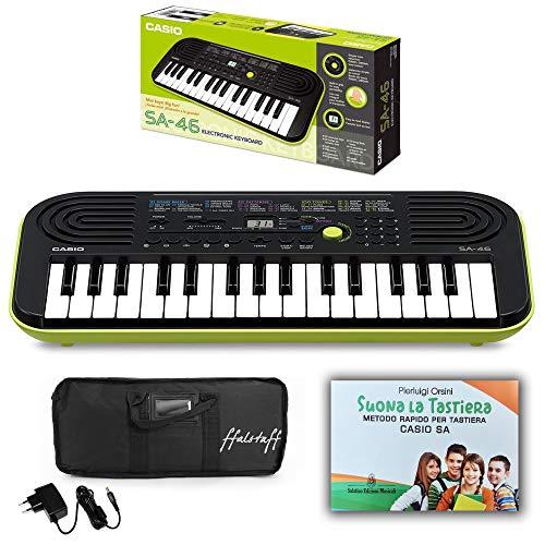 Kit Pianola Tastiera Casio SA46 (Fondo Verde) con Alimentatore, Borsa ffalstaff  e Metodo Suona la Tastiera