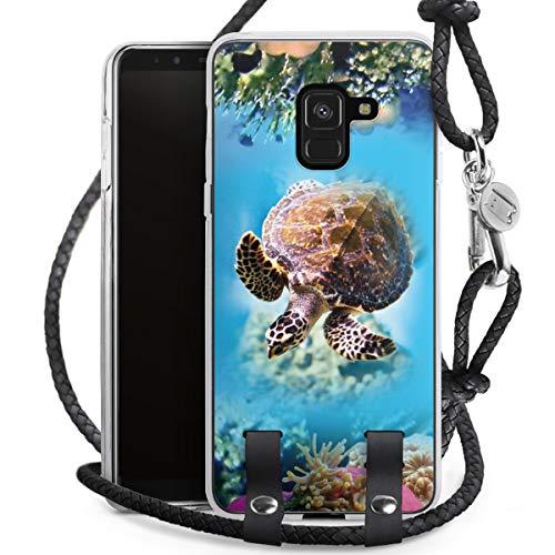 DeinDesign Carry Hülle kompatibel mit Samsung Galaxy A8 Duos 2018 Hülle mit Kordel aus Leder Handykette zum Umhängen schwarz Silber Tiere Meer Schildkröte