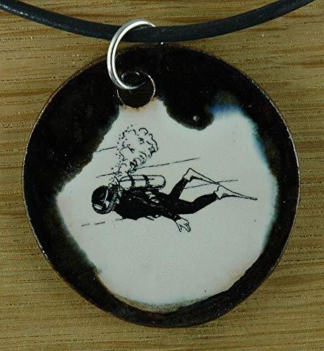 Echtes Kunsthandwerk: Hübscher Keramik Anhänger mit einem Taucher; tauchen, schwimmen, Meer