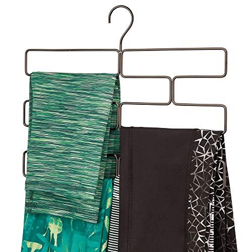 mDesign Compacta percha para pantalones de yoga, leggins, etc. – Organizador de accesorios para armario – Percha organizadora de pantalones con 8 aberturas en alambre de metal – color bronce