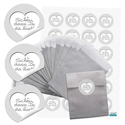 24 Stück kleine silber-farbene kleine Papiertüten Geschenktüten Geschenk-Verpackung (9,5 x 14 cm) und 24 runde Aufkleber Sticker SCHÖN DASS DU DA BIST in weiß grau