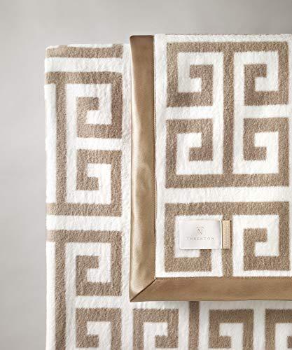 THRENTON Greek Key * 100prozent gekämmte Baumwolle * Doppelseitig * Zweifarbig * Made in Portugal * Plaid * Decke * Tagesdecke *Kuscheldecke * Wolldecke * Couchdecke * Sofadecke (Beige)