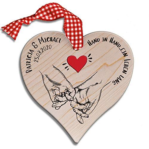 DARO Design - Holz-Herz aus Ahorn 15 x 15cm mit Schleifenband ROT - Individualisiert Gravur Personalisiert Name Datum Paar - Hand in Hand mit rotem Herz - Geschenk für Paare