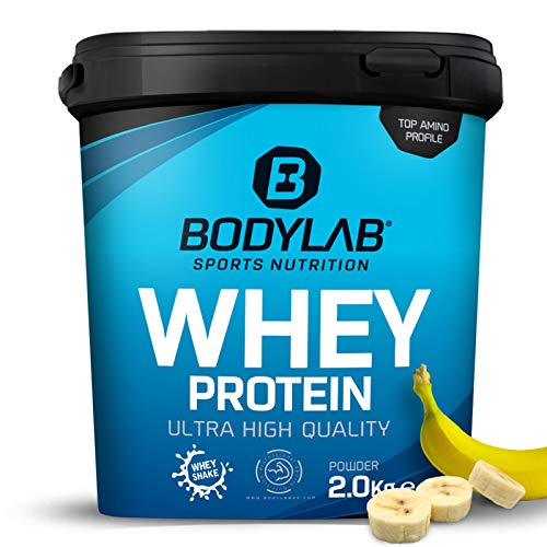 Whey Protein Banane 2kg Bodylab24 Protein-Pulver / Protein-Shake für Kraftsport & Fitness / Whey-Pulver kann den Muskelaufbau unterstützen / Hochwertiges Eiweiss-Pulver mit 80% Eiweiß / Aspartamfrei