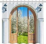 Blinds Series Duschvorhang Gelber Retro-Türrahmen Weiße Gebäudewand Grüner Garten Pfirsichblüten-Duschvorhang