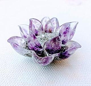 Orgonita flor de loto 3D en tonos morado y plateado con virutas de aluminio y Piedra semipreciosa llamada: Amatista.