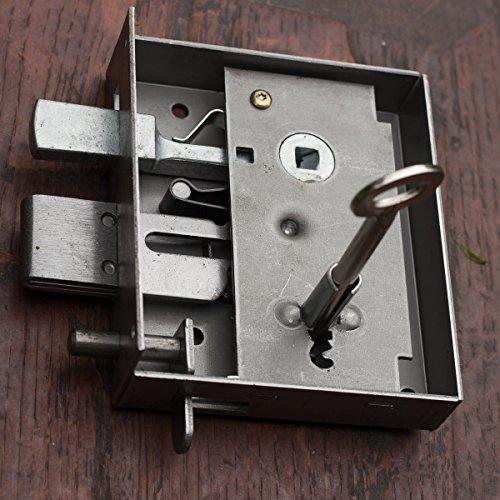 Antikas - Ein Kastenschloss für rechts-schließende Türen, inkl. zwei Buntbartschlüsseln.