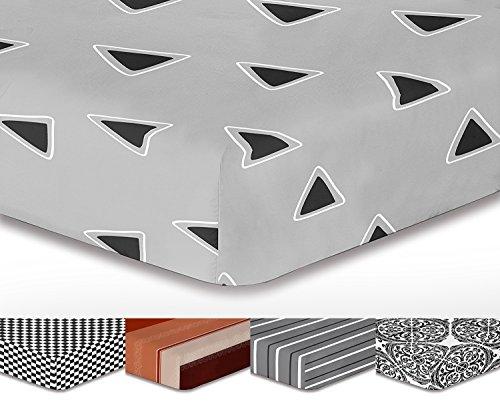 DecoKing, lenzuolo con angoli Hypnosis, dimensioni 200 x 220 cm e ponte di 30 cm, con modello a strisce e triangoli di colore grigio, bianco e nero, in microfibra