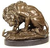 Casa Padrino Escultura de Bronce de Lujo león con Serpiente sobre mármol Base Bronce/Oro/Negro 41 x H. 35 cm - Figura de Bronce de Lujo