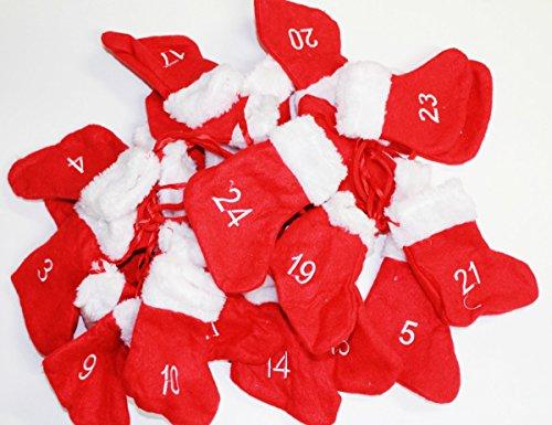 Adventsgirlande; 24 nummerierte Socken als Taschen aus Filz mit Fellbesatz und ganz viel Charme