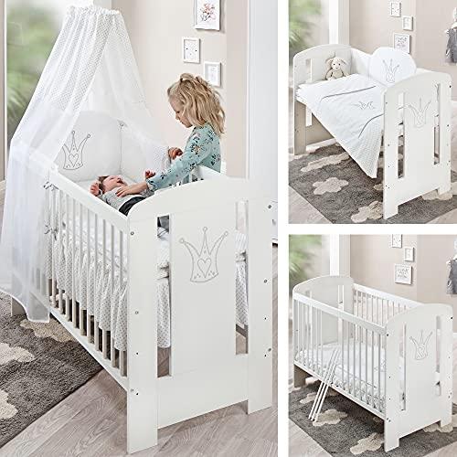 Weißes Premium Babybett (Kinderbett) – 60 x 120 Babybett umbaubar – mit bequemer Matratze, Bettwäsche, Himmel, Nestchen