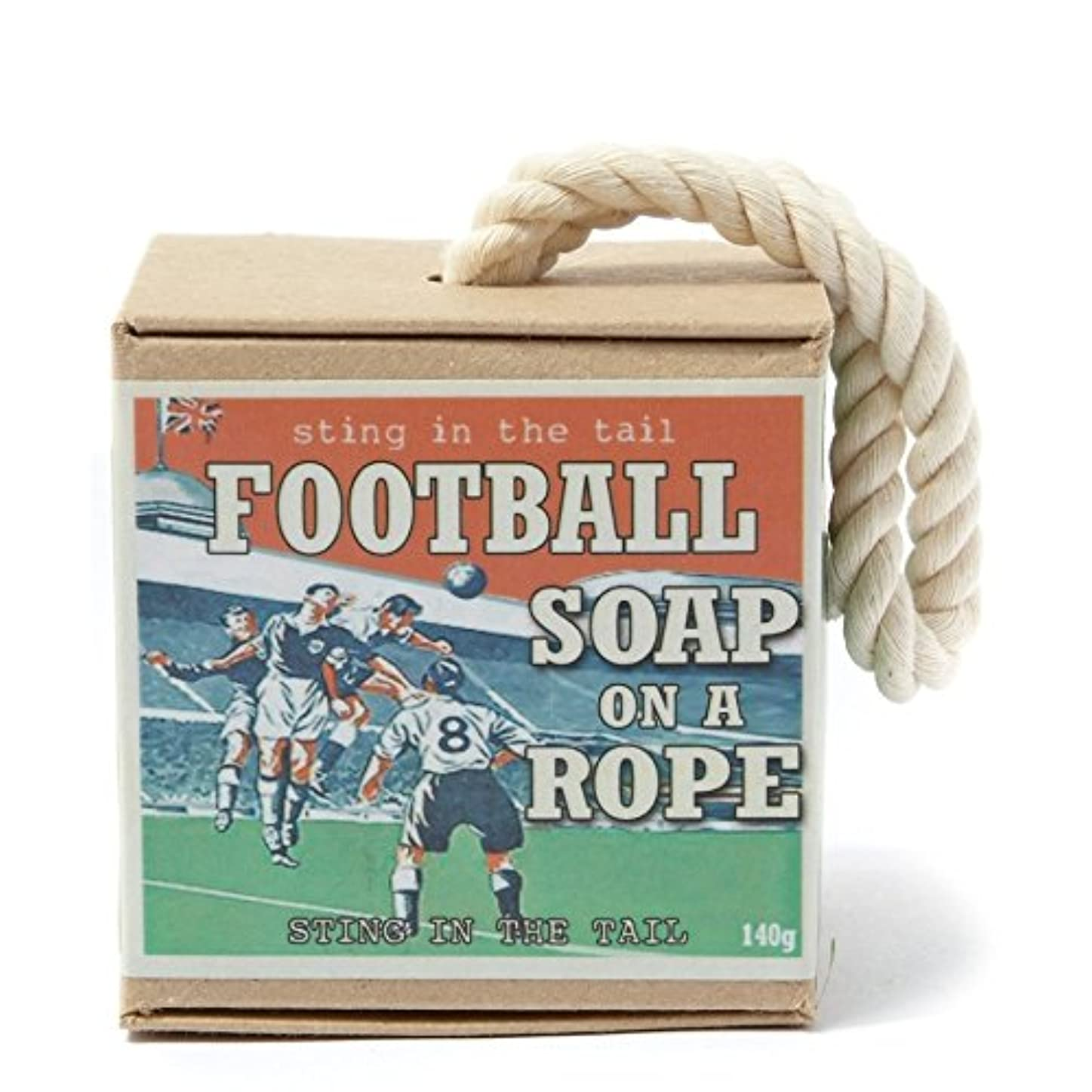 拍手する矢じり珍味ロープ石鹸のテールサッカーで刺します x4 - Sting In The Tail Football on a Rope Soap (Pack of 4) [並行輸入品]