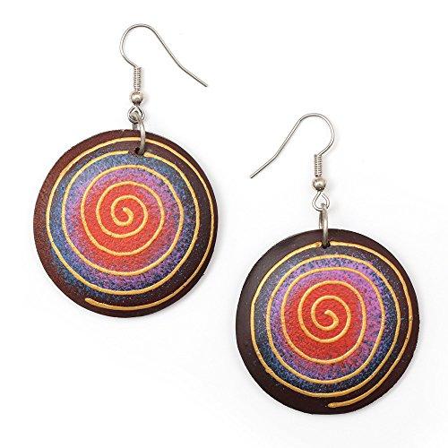 Idin - Orecchini pendenti a cerchio in legno organico rosso e viola con motivo a spirale dipinto a mano (lunghezza: 5,6 cm)