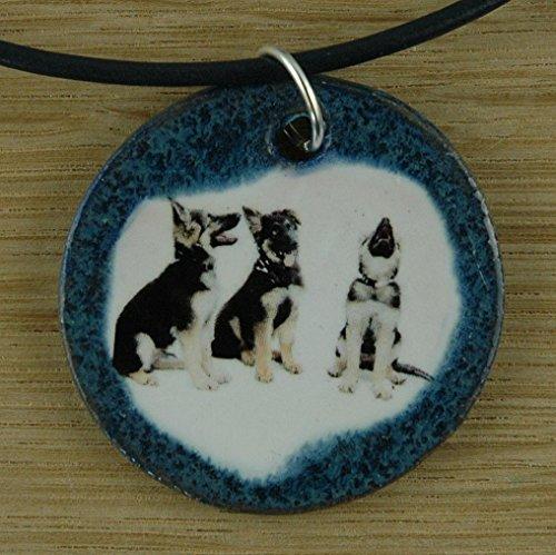 Echtes Kunsthandwerk: Niedlicher Keramik Anhänger mit Schäferhundwelpen; Puppy; Hund, Welpen, Canis lupus familiaris, Vierbeiner, bester Freund des Menschen, Fellnase