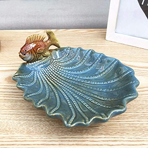 Jabonera de cerámica con diseño marino en forma de concha con un pez en el extremo