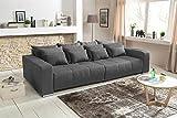 lifestyle4living Big Sofa in grau mit Schlaffunktion | XXL Couch inkl. 4 extragroßen Rücken-Kissen und hochwertiger Schaum-Polsterung