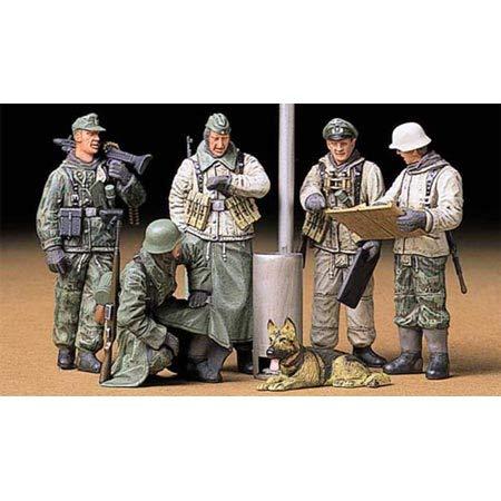 35212 1/35 German Soldiers at Field Briefing