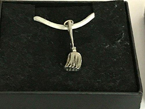 GIFTSFORALL Derbyshire UK TG15 Halskette mit Hexenbesen aus feinem englischen Zinn auf 45,7 cm grüner Kordel