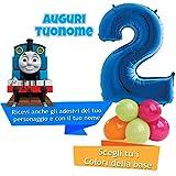 Dolce idea Composizione Personalizzata Mylar Sagoma Numero 2 Blu con Adesivi del Trenino THOMAS e del Tuo Nome, Base Pallocini e Kit Fai da te, Addobbi Festa Compleanno