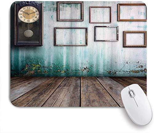 Dekoratives Gaming-Mauspad,Eine Vintage-Uhr und leere Bilderrahmen in einem alten Raum aus Holz,Bürocomputer-Mausmatte mit rutschfester Gummibasis