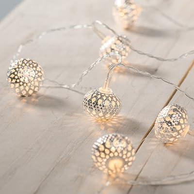 10 Ledes de Luz blanca cálida en Bolas Plateadas de 4cm Largo de las luces: 1.5 m; Cable de alimentación: 55 cm Requiere 2 Pilas AA (No Incluidas) Para Uso en Interiores Conforme a las normas CE y IP20