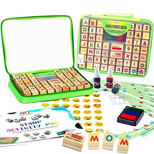 Holzstempelset für Kinder mit Alphabet-Stempeln und Transportkoffer 72-TLG. - Buchstaben, Zahlen, Emojis, 3-farbiges waschbares Stempelkissen, 3 Nachfüllflaschen, Aktivitätsbuch & mehr – 1 2 3/A B C