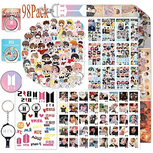 ReNice - Set de regalo de BTS para su Army compuesto por 40 postales BTS/40 pegatinas de dibujos animados/12 hojas de pegatinas/2 soportes de anillo de teléfono/1 cordón/1 llavero/1 pin de botón/1