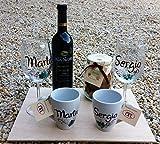 Regalo Bodas personalizado con 2 copas de vino, dos tazas, galletas y vino 5
