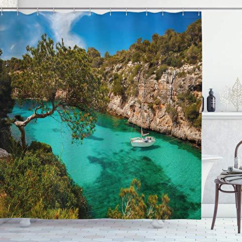 EdCott Kleine Yacht schwimmt im Meer von Mallorca, Spanien, felsige Berglandschaft, Stoffmuster, leicht zu pflegener Duschvorhang, geeignet für Bad, Bad, Hotelvorhang, grünblau