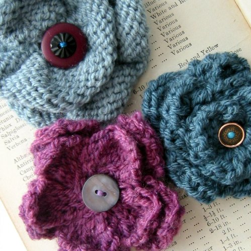 Corsage Knitting Pattern - Knit a trio of vintage style flower pin brooches (English Edition)