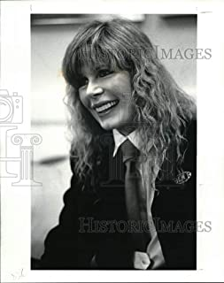 Historic Images - 1986 Press Photo Loretta Swit Book Author of The Subject of Needle Point