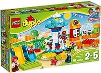 Include quattro personaggi LEGO DUPLO mamma papà e due bambini Contiene una giostra funzionante con quattro cavalli e ingranaggio due scivoli ondulati cassa per i biglietti con finestra apribile e un distributore di bevande con tavolo e sedie Include...