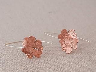Pendientes largos flor en color rosado y textura, con gancho de plata de ley.