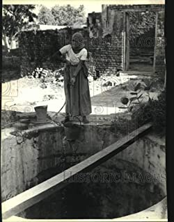 Historic Images - 1979 Press Photo Untouchable Woman Draws Water from Well in Tajpur Khurd, India