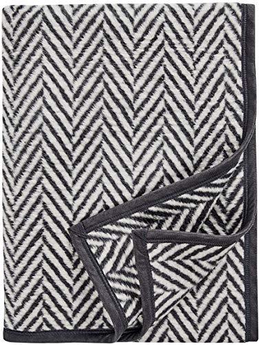AKION Germany Wohndecke mit Fischgrätmuster zum Einkuscheln - perfekt für das Sofa oder Bett - Luxus Kuscheldecke Weiß/Grau 150 x 200 cm - luxuriöse und hochwertige Decke