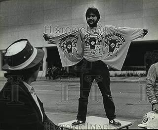 Historic Images - 1982 Press Photo Tony Scalise Hawks World Series T-Shirts Outside Busch Stadium