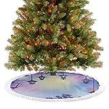 Faldón de árbol de Navidad, decoración de calle antigua en un ambiente violeta, cuervo en una rama, ...