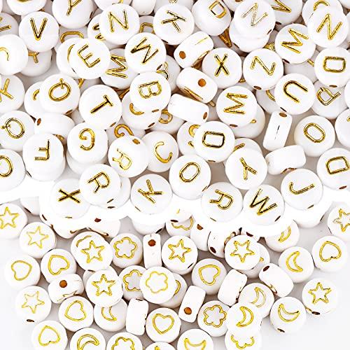 600pcs Cuentas Blancas con Dibujos Dorados 4x7mm Abalorios Acrílico Redondo con Letras Alfabeto Luna Estrella Flor Corazón Granos Decorativos Manualidades Bricolaje Joyería Collar Pulsera