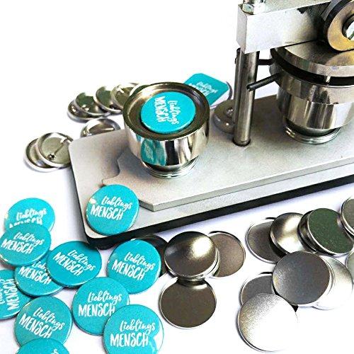 615ze3jV6NL - Polarkind großer Button Grillmeister mit Wunschname 59mm Geschenk Männer Grillen BBQ handmade individualisierbarer Anstecker Pin