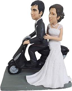Pareja motocicleta pastel de bodas topper novia novio montando en moto para la ceremonia de la boda pastel se encuentra mu...