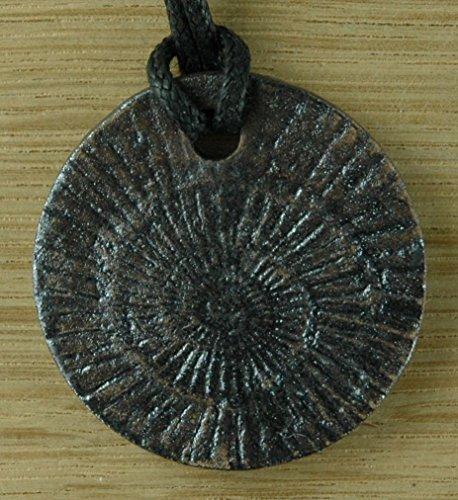 Echtes Kunsthandwerk: Hübscher Keramik Anhänger mit einem Ammoniten; 3D Abdruck eines echten Fossils, Urzeit, Leitfossil, Kreide, Jura