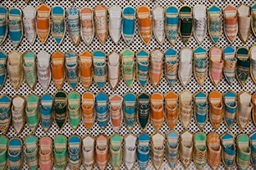 The Poster Corp Walter Bibikow/DanitaDelimont – Tunisia Tunis Carthage Market babouches slippers Photo Print (86,69 x 57,79 cm)