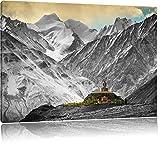 einsamer Tempel in den verschneiten Bergen von Tibet