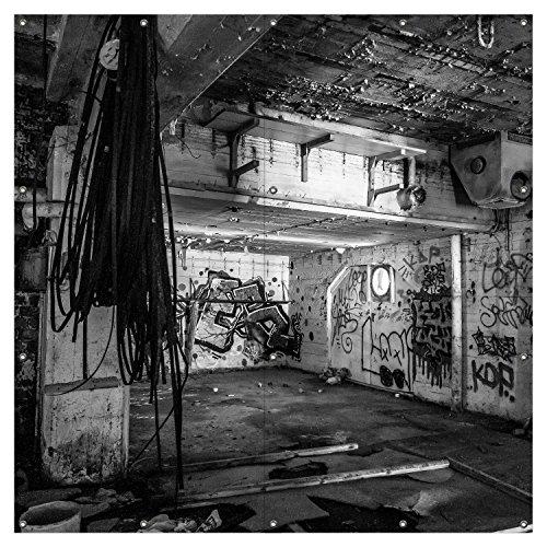 Wallario XXL Garten-Poster Outdoor-Poster - Alte verlassene Fabrik in schwarz weiß mit Graffiti in Premiumqualität, für den Außeneinsatz geeignet