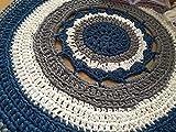 Alfombra redonda mandala hecha a mano en trapillo grueso azul, gris y blanca de 105...