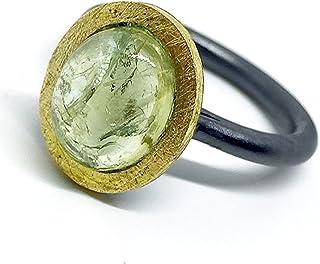 Prezioso anello in oro 18k e argento sterling ossidato. Anello con preziosa tormalina verde ovale a taglio cabochon di 10 ...
