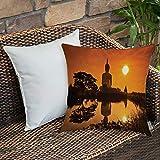 Dekokissen Kissenhülle,Orange asiatische, große riesige Statue am Fluss bei Sonnenuntergang Thai...