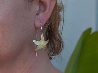 Pendientes largos estrella de mar en color dorado y textura, con gancho de plata de ley.